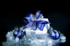 closeup Подарок рождества и голубые шарики рождества на праздничном w Стоковые Фотографии RF
