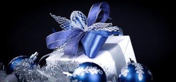 closeup Подарок рождества и голубые шарики рождества на праздничном w Стоковая Фотография RF