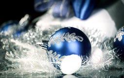 closeup Подарок рождества и голубые шарики рождества на праздничном w Стоковые Изображения RF