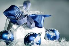 closeup Подарок рождества и голубые шарики рождества на праздничном wh Стоковое Изображение RF