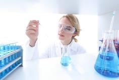 closeup портрет биолога доктора в лаборатории Стоковые Фото