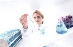 closeup портрет биолога доктора в лаборатории Стоковая Фотография