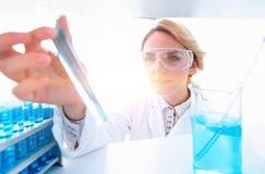 closeup портрет биолога доктора в лаборатории Стоковое Изображение