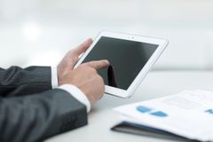 closeup руки бизнесмена работая с планшетом Стоковые Изображения RF