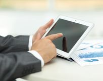 closeup руки бизнесмена работая с планшетом Стоковые Фотографии RF