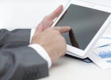 closeup руки бизнесмена работая с планшетом Стоковые Фото