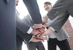 closeup руки команды дела совместно стоковое фото rf