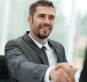 closeup Рукопожатие деловых партнеров над столом Стоковые Изображения RF
