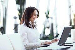 closeup современная бизнес-леди работая при документы сидя на ее столе стоковое изображение rf