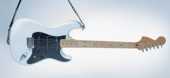 closeup современная электрическая гитара на белой предпосылке Стоковая Фотография