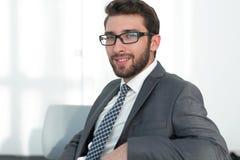 closeup уверенно бизнесмен сидя в стуле стоковое фото rf