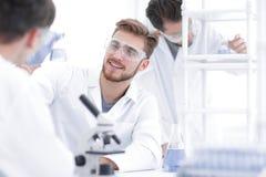 closeup усмехаясь команда биологов в лаборатории стоковое фото rf