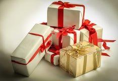 closeup элегантные коробки с подарками На белизне Стоковые Фото