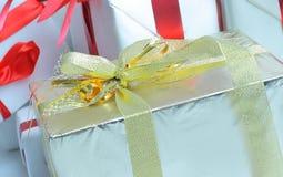closeup элегантные коробки с подарками На белизне Стоковые Изображения