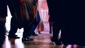 Άνθρωποι που χορεύουν σε ένα κόμμα closeup φιλμ μικρού μήκους