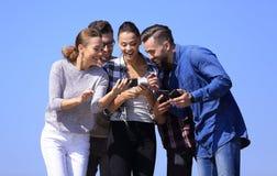 closeup Amis heureux à l'aide d'un smartphone Photo libre de droits