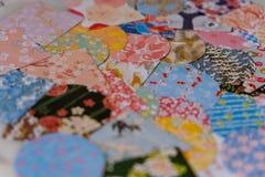 Closeup av åtskilliga små och färgglade klistermärkear i pastellfärgade färgade modeller med växt- och fågeldesigner, spridd på e arkivfoton