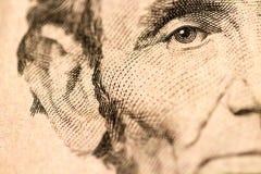 Closeup av Abraham Lincoln Face på räkning för dollar fem Royaltyfri Fotografi