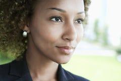 Closeup av affärskvinnan Looking Away Arkivbild
