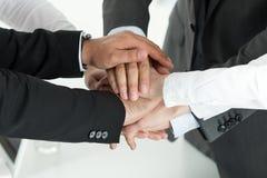 Closeup av affärslaget som visar enhet med att sätta deras händer Royaltyfri Foto