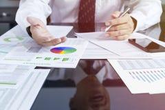 Closeup av affärsmannen i diskus för investeringrisk Arkivfoton