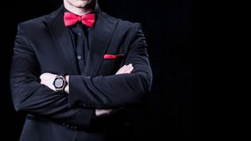 Closeup av affärsmannen i lyxig dräkt med korsade armar Över svart bakgrund Ingen framsida royaltyfria bilder