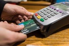 Closeup av American Express kreditkortbetalning, köpet och försäljningspr arkivbilder