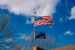 Closeup av amerikanska flaggan på vanlig bakgrund Royaltyfri Foto