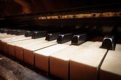 Closeup av antika pianotangenter, perspektivsikt Fotografering för Bildbyråer