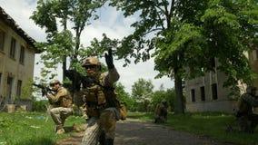 Closeup av armésoldater som utrustas fullständigt, medan utbilda för strid i en operation stock video