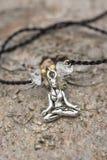 Closeup av armbandet med yogaflickan i lotusblommaposition arkivfoto