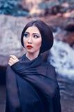 Closeup av asia den eleganta kvinnan i svart klänning Arkivfoto