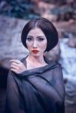 Closeup av asia den eleganta kvinnan i svart klänning Royaltyfri Foto