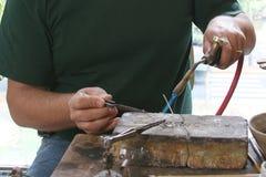 Closeup av att arbeta för guldsmed arkivbild