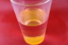 Closeup av att dricka den glass optiska illusionen Arkivfoto