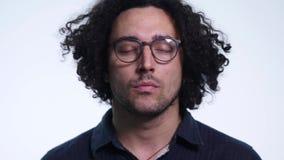 Closeup av att le bärande glasögon för ung man Stående av den lyckliga grabben med glasögon som ser kameran slut upp av a stock video