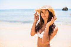 Closeup av att le den härliga unga kvinnan på stranden med Straw Hat på havsstranden arkivbild