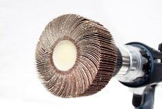 Closeup av att sandpappra klaffhjulet på den elektriska borrandemaskinen Arkivfoto