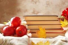 Closeup av böcker och höstäpplen fotografering för bildbyråer