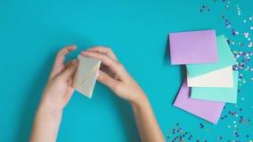 Closeup av barnhänder som förbereder kortet för valentindaghälsning stock video