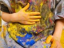 Closeup av barnhänder som målar under en skolaaktivitet - lära vid att göra, utbildning och konst, konstterapibegrepp arkivbild