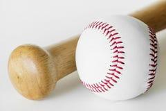 Closeup av baseball och slagträet royaltyfria foton