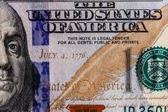 Closeup av Ben Franklin och datumet av självständighet Juli 4, 1776 på hundra dollarräkning för bakgrund VII Royaltyfri Foto