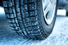 Closeup av bilgummihjul i vinter royaltyfria bilder