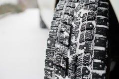 Closeup av bilgummihjul i vinter den första insnöade sena hösten royaltyfri foto