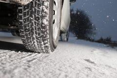 Closeup av bilgummihjul i vinter den första insnöade sena hösten royaltyfria foton