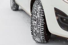 Closeup av bilgummihjul i vinter den första insnöade sena hösten arkivfoto