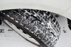 Closeup av bilgummihjul i vinter den första insnöade sena hösten royaltyfri bild