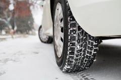 Closeup av bilgummihjul i vinter den första insnöade sena hösten royaltyfria bilder
