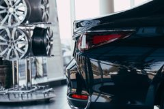 Closeup av bilsvansljus p? en svart bil royaltyfria bilder